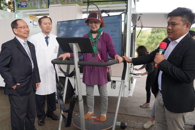 東海大學建置青銀智慧行動車,結合健促活動與相關設施實際改善社區老人健康。