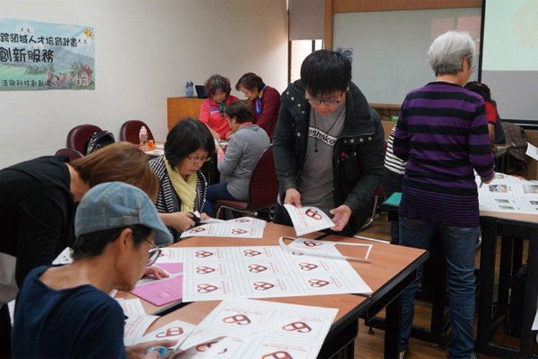 高齡社區關懷據點夥伴正進行高齡認知教具設計與實作