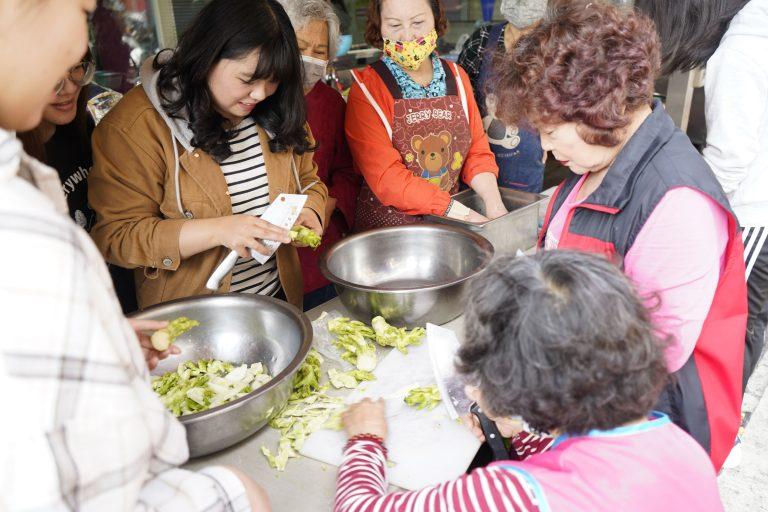 挽起袖子切菜剝殼 和樂融融地共煮是拉近青銀距離的開始